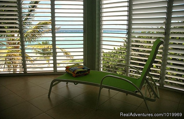 Lauai - Cayman Breeze Luxury Beachfront Condo at Rum Point