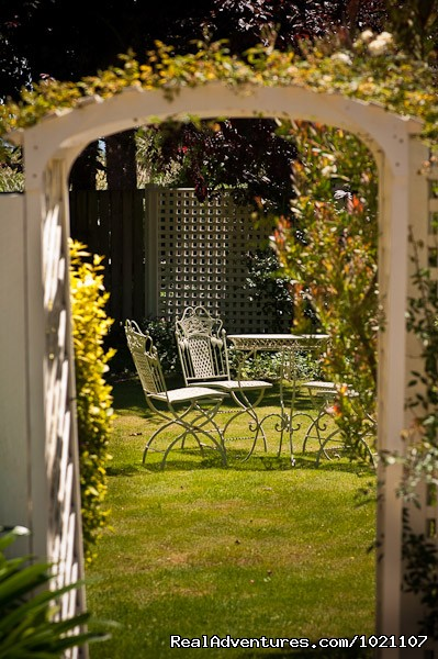 Entrance in your private garden - A Luxury Getaway in the Wine Region Marlborough