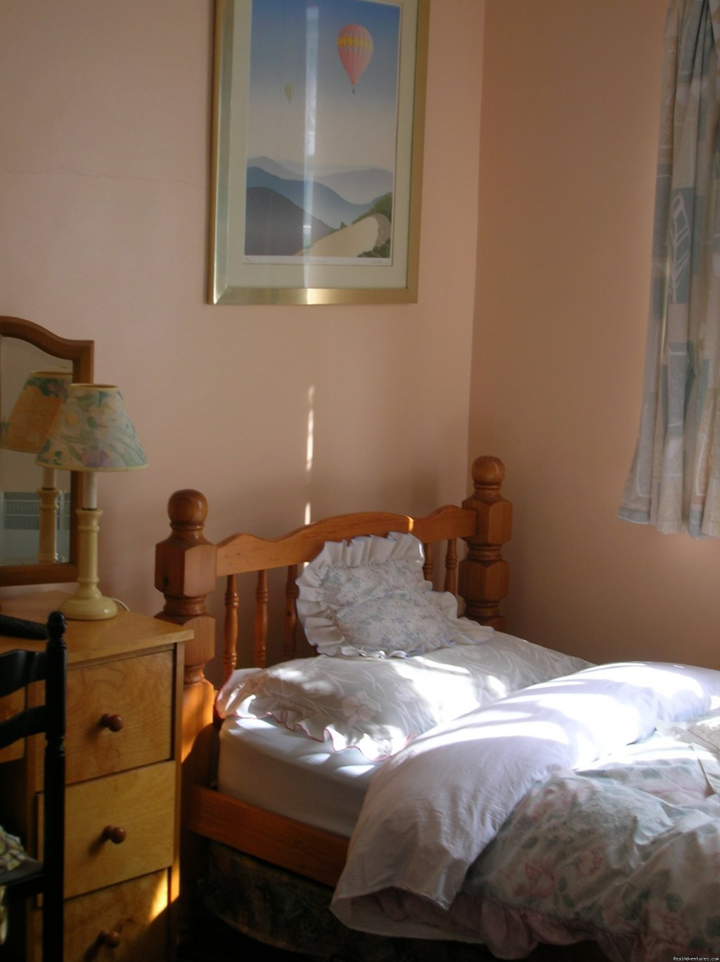 Single room with private shower and wash | Image #3/7 | Beautiful Guest house / b&b near Gatwick airport