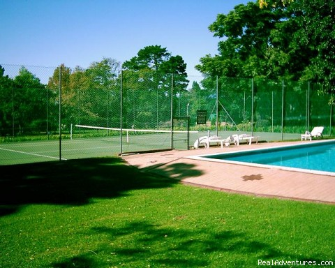 Pool and tennis court - Allandale Holiday Cottages