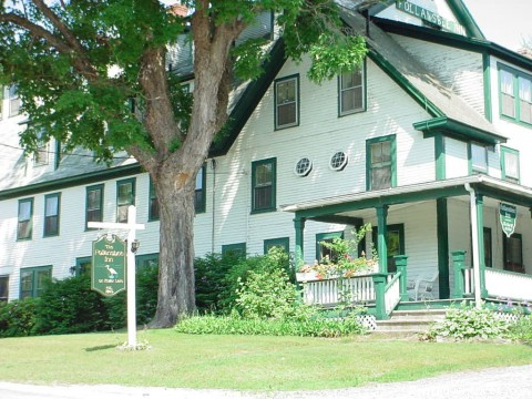 Follansbee Inn on Kezar Lake: Outside of Inn