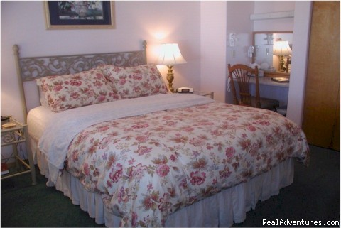 Standard Queen room with a shared bathroom - A Bed and Breakfast Inn on Minnie Street