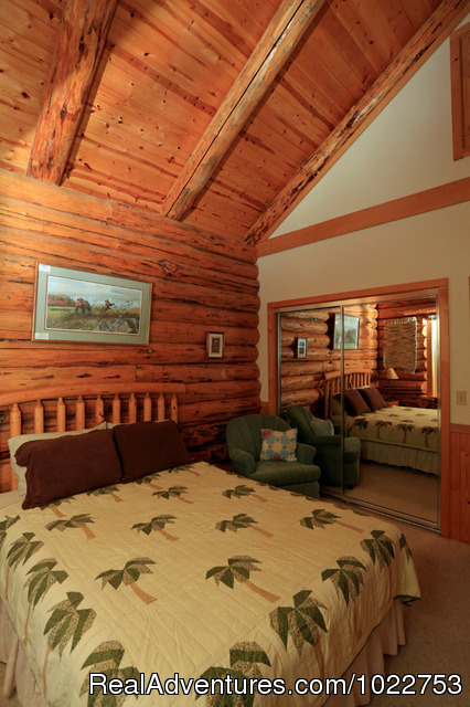 Maluhia Queen bedroom - DiamondStone Guest Lodges,  gems of Central Oregon