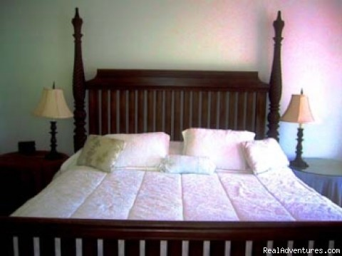 King-size bed - Queen's Gardens Resort