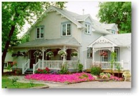 Beautiful Cottage-style Bed and Breakfast in the heart of Niagara-on-the-Lake.  Minutes from shopping, wineries, Shaw festival and golfing by the shore of Lake Ontario.  The rooms and garden is only exceeded by the breakfast and hospitality.