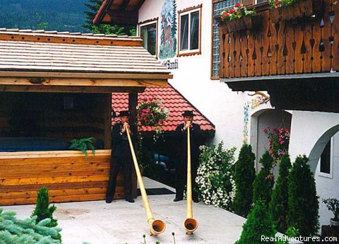 Chalet Bambi Bed and Breakfast: alphorn blowers