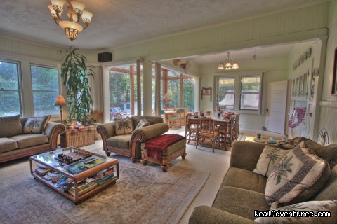 Spacious Living & Dining Room - Aloha Junction B&B