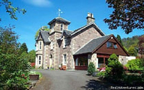 Elegant Victorian House built 1853. Spacious ensuite rooms, quiet location in Bridge of Allan near to Stirling University and Wallace (Braveheart) Monument. At the gateway to the Highlands and the Trossachs but with easy access to Edinburgh & Glasgow