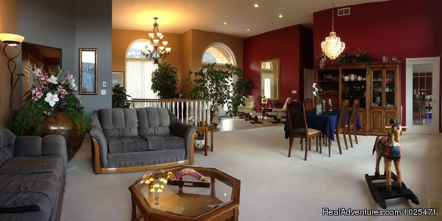 Guest entry and sitting area - Penticton, Royal Bed and Breakfast