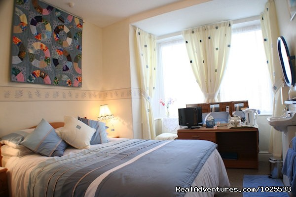 Front Facing Double Room with private bathroom - Plasnewydd B&B. The finest place to stay in Wales.