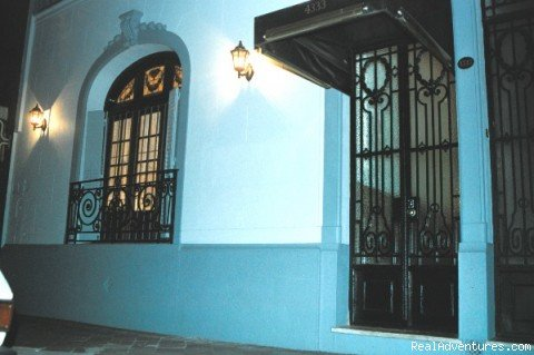 Bed and Breakfst in family's house. Distinguished and elegant house with 3 bedrooms. Patio, hall. In Almagro's district, Geographical Center of Buenos Aires one block from Corrientes Av. Ideal for tangueros visit. The street that never slept!!!