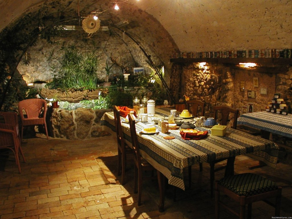 Le Chat Luthier B&B welcomes you in a tipical medieval village in Provence Enjoy the house (1825). Appreciate the large, comfortable & cool rooms (with private bathrooms) Enjoy some tipical dishes from Provenc ein our