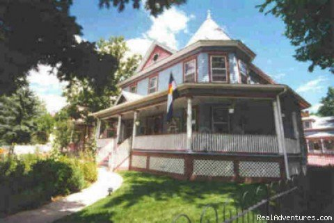 An Award-winning Pikes Peak treasure! Romantic Victorians with suites boasting queen beds, sitting areas, fireplaces, and  bubble bath 'tubs for two'.  Near shopping, restaurants and activities. AAA/Mobil Inspected. Full gourmet breakfast