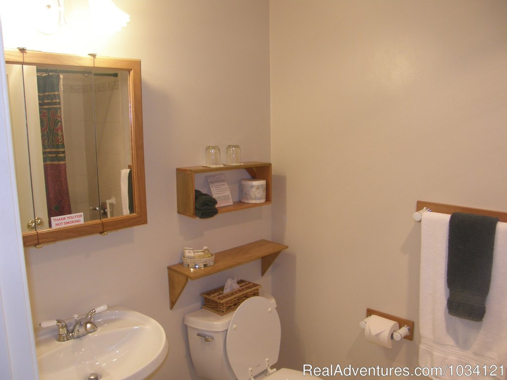 Ensuite bathrooms in all 8 Guestrooms | Image #18/26 | Cedar Wood Lodge Bed & Breakfast Inn