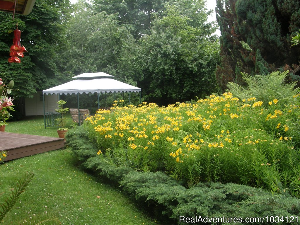 Lovely heritage gardens | Image #21/26 | Cedar Wood Lodge Bed & Breakfast Inn