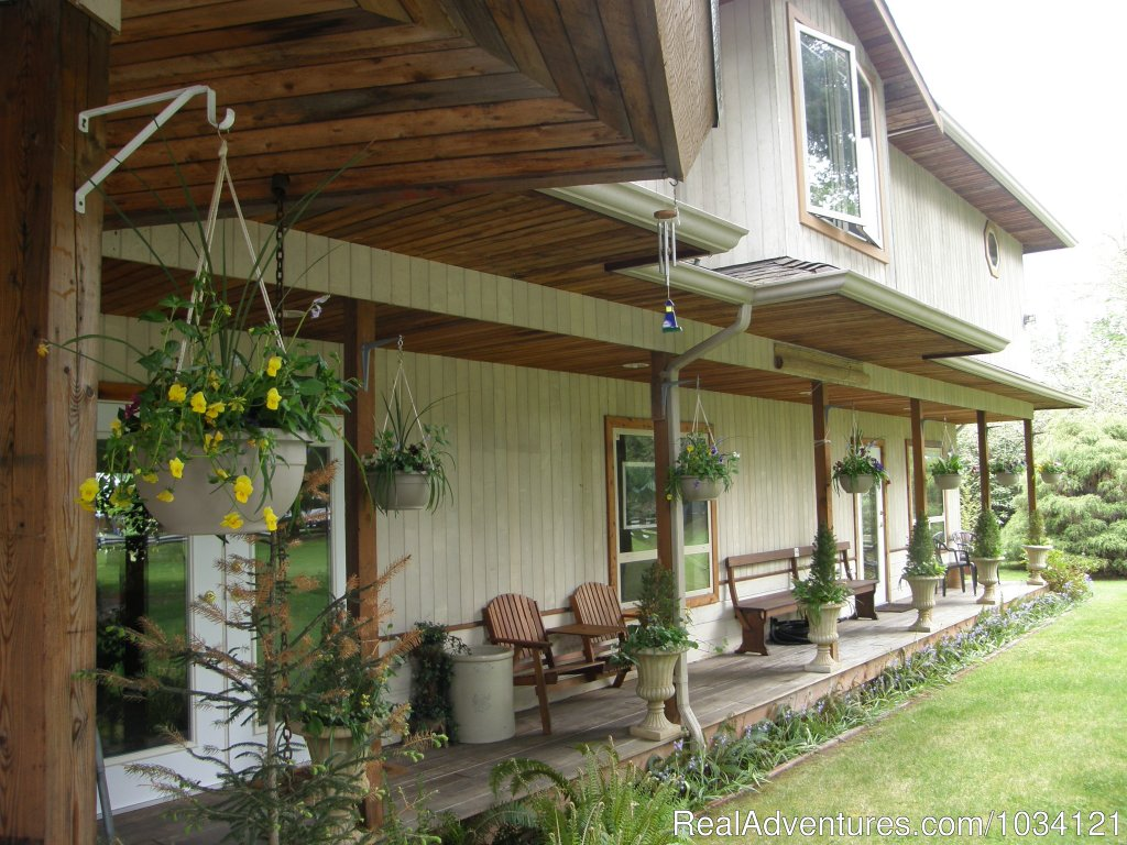 Covered decks for your enjoyment | Image #4/26 | Cedar Wood Lodge Bed & Breakfast Inn