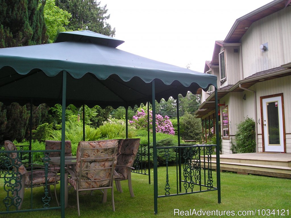 Enjoy a BBQ or picnic in the garden gazebo. | Image #20/26 | Cedar Wood Lodge Bed & Breakfast Inn