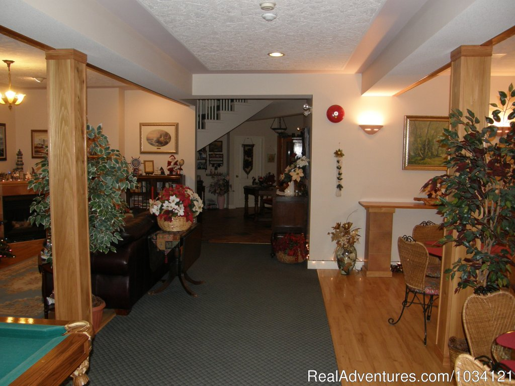 The guest commons area for visiting and relaxation. | Image #8/26 | Cedar Wood Lodge Bed & Breakfast Inn