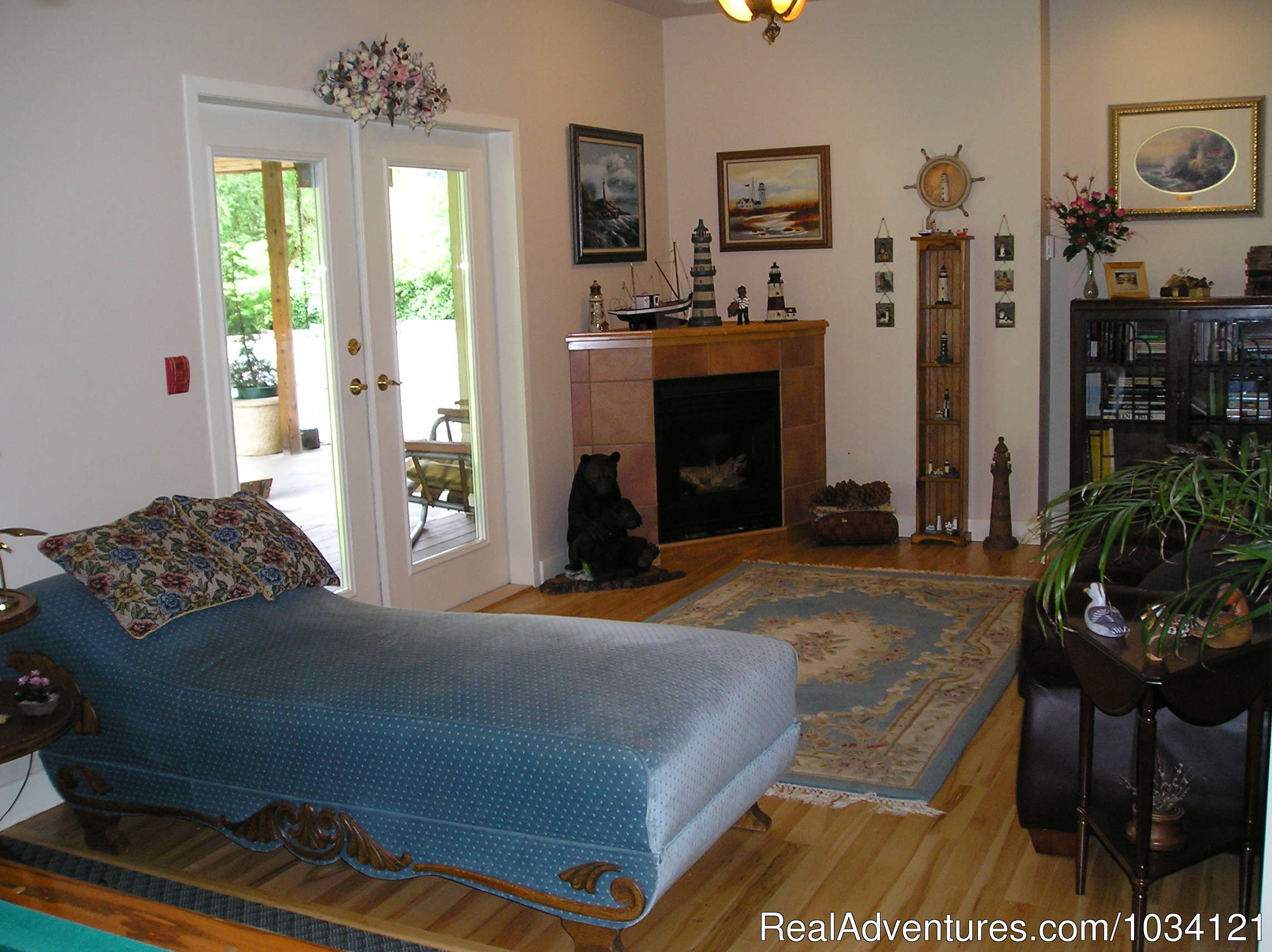 Comfortable and cozy guest commons area. | Image #7/26 | Cedar Wood Lodge Bed & Breakfast Inn