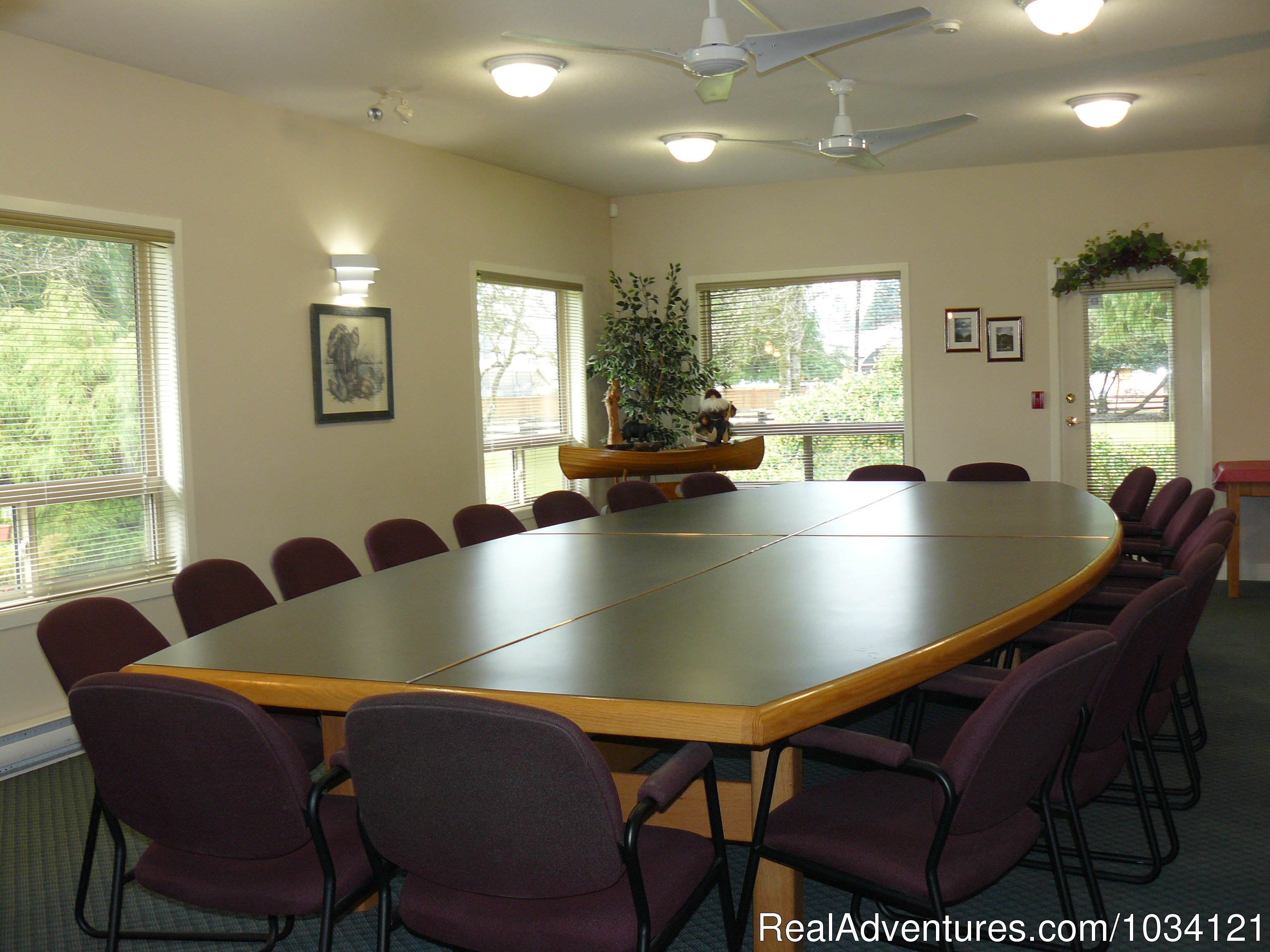 Meeting room facilities for up to 25 guests. | Image #11/26 | Cedar Wood Lodge Bed & Breakfast Inn
