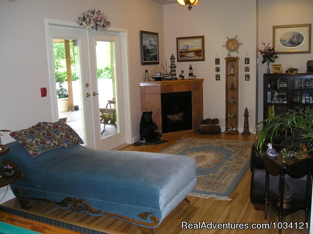 Comfortable and cozy guest commons area. - Cedar Wood Lodge Bed & Breakfast Inn
