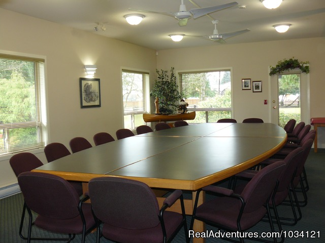 Meeting room facilities for up to 25 guests. - Cedar Wood Lodge Bed & Breakfast Inn