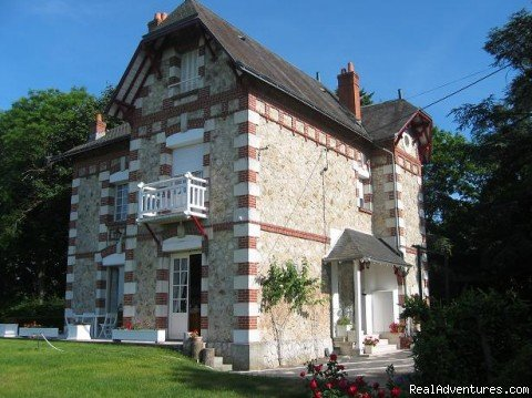 Between Amboise and Tours,charming B&B  and rental accommodation le  buisson property set in a 3 acres of parkland overlooking the loire valley. Close to main chateaux and vineyards. En-suite bedrooms offering  panoramic views out to the loire river.
