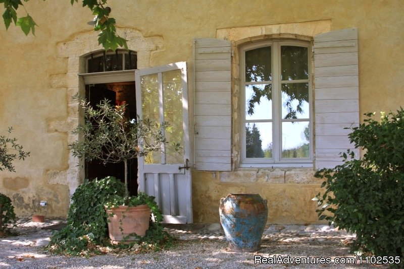 Ambiance at the entrance La Garance en Provence | Image #20/22 | Charming Holidays Rental & Guest House