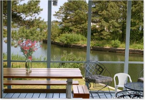 Screened Porch with pass-through to Kitc - Spinnaker Chincoteague Waterfront Vacation House -