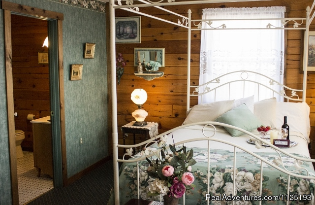 Scarlet O'Hara Suite - Romantic Weekend Getaway at Berry Patch Bed and Br