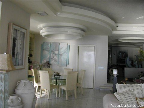 Magnificent 3 bedroom beautifully decorated oceanfront  condo overlooking Acapulco Bay,Complimentary long distance calling to the United States and Canada,Complimentary open bar at pool and beach for alcoholic  drinks,complimentary wireless
