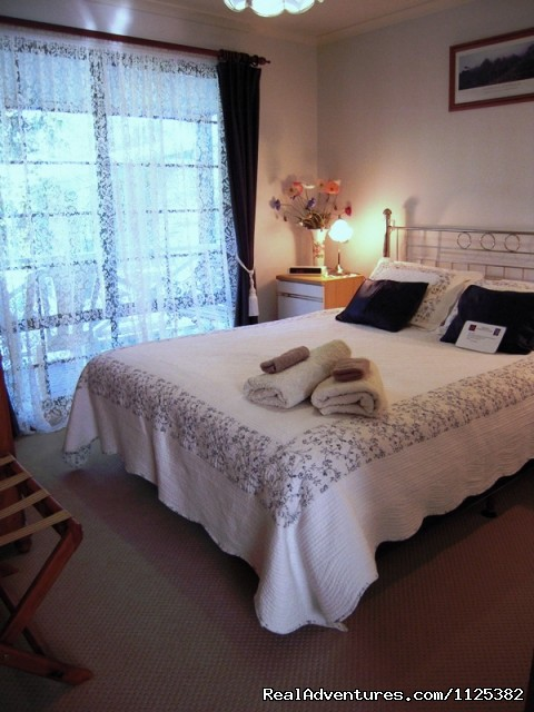 Jacaranda Cottage Master bedroom - Barossa Premier Wine Country