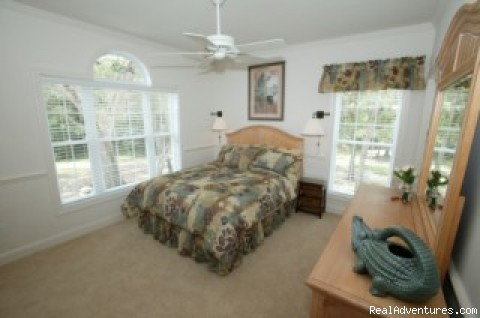 Queen bedroom with bath - Secluded Suwannee River Retreat