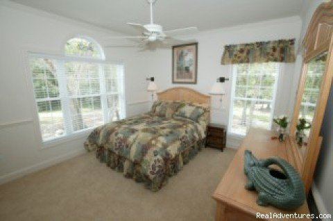 Queen bedroom with bath | Image #7/11 | Secluded Suwannee River Retreat