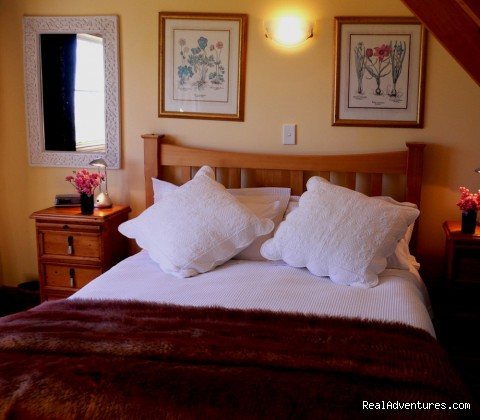 Upstairs queen bedroom - Romantic NZ country cottage: 5-Star B&B  Waitomo