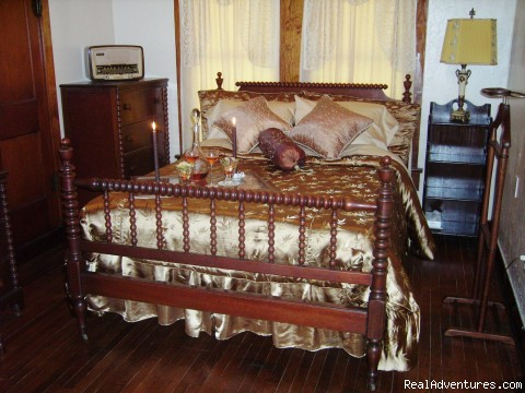 The Guest Room - Romantic Getaways At  Alla's Historical B & B