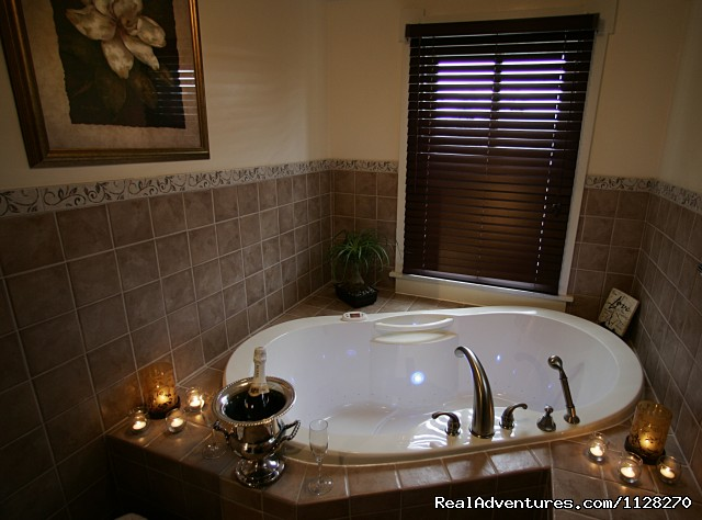 Spa Tub & Ellington Suite - A Jewel of Comfort & Hospitality - Magnolia House