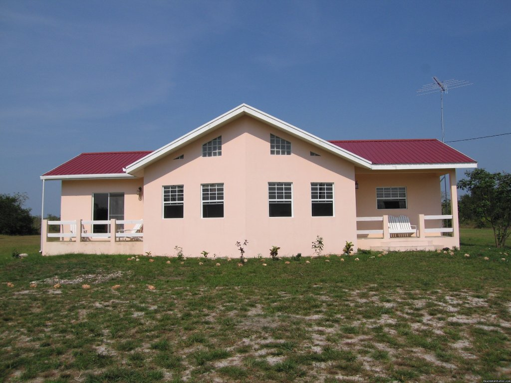 New vacation rental in a serene, quiet location near to the Baboon Sanctuary, Bermudian Landing and a convenient drive from other attractions such as the Belize Zoo, Mayan sites, and Belize River. Airport: 15 minutes away. 3 bedrooms & 2 bathrooms.