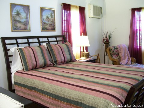 The Queen's Room - Affordable & Spacious Villa Sol 2 Blocks to Beach