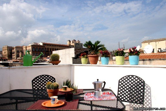 Apartment with terrace and views. Colours, charm and close to main monuments of Palermo. 2 indipendents apartments. 