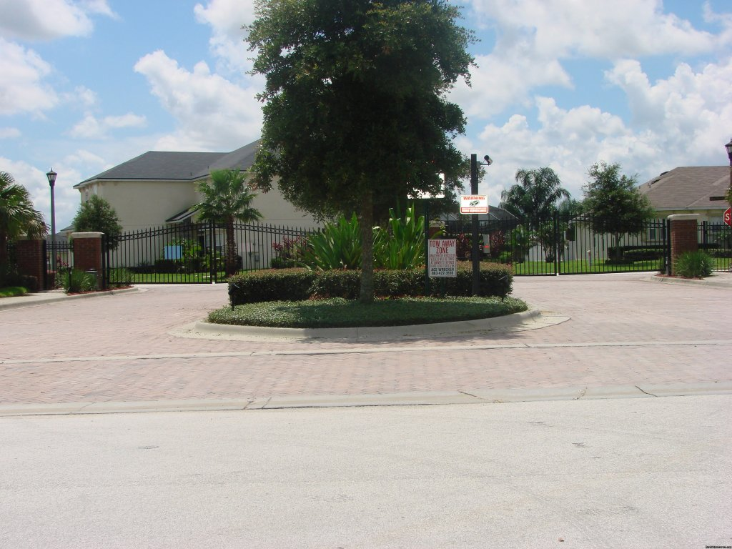 THE MANOR ENTRANCE WITH ELECTRIC GATES | Image #3/17 | Fantastic Family House To Rent Davenport Orlando