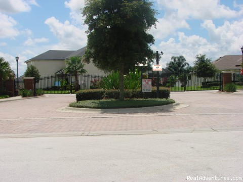 THE MANOR ENTRANCE WITH ELECTRIC GATES - Fantastic Family House To Rent Davenport Orlando