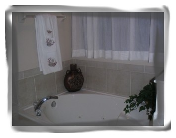 Jacuzzi - NEW Gated Luxury Lakeview 5 BD/4.5 Villa Pool/Spa