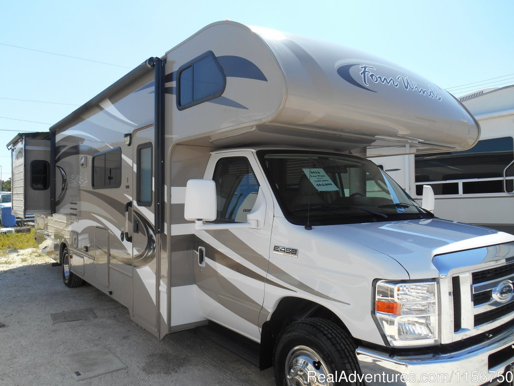 31' Class C with 2 slide out rooms | Image #3/7 | Affordable RV Rentals from Coconut RV