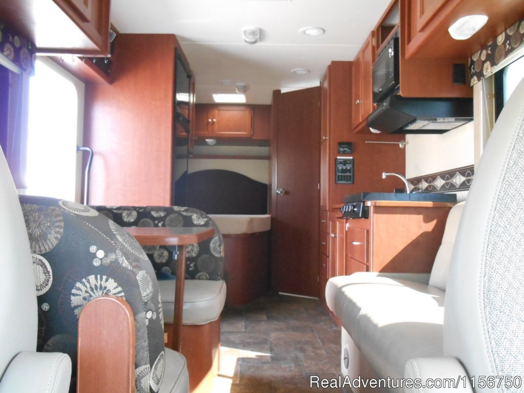 25' Class C interior | Image #6/7 | Affordable RV Rentals from Coconut RV