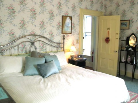 Room 21, King bed - Victorian Bed and Breakfast in Rockport MA