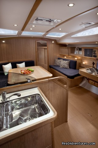 Delphia 40.3 salon - Delphia Charters on Lake Ontario