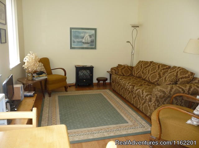 Very comfortable living room with high end sofa bed - Salt Spring Island Cottage B&B