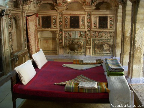 HAVELI Hotel SURAJ: Heritage Painted Room with. Beds