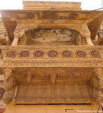 Mughal Style carved Balcony. - HAVELI Hotel SURAJ